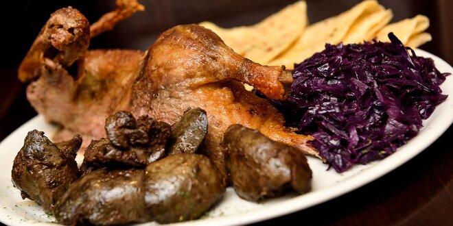 Tradičná pečená kačica s lokšami, červenou kapustou a kačacou pečienkou