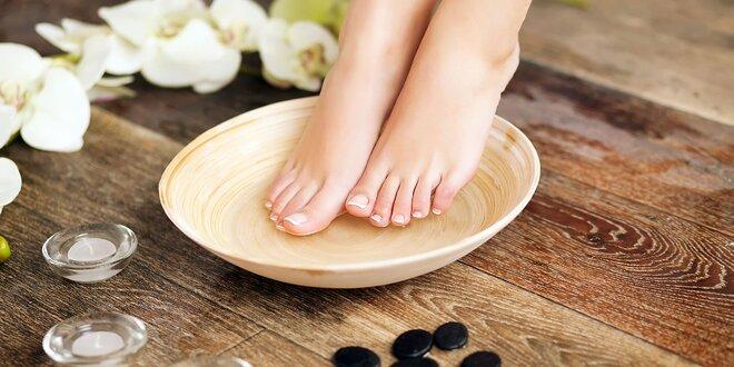 Suchá alebo mokrá pedikúra pre výstavné chodidlá