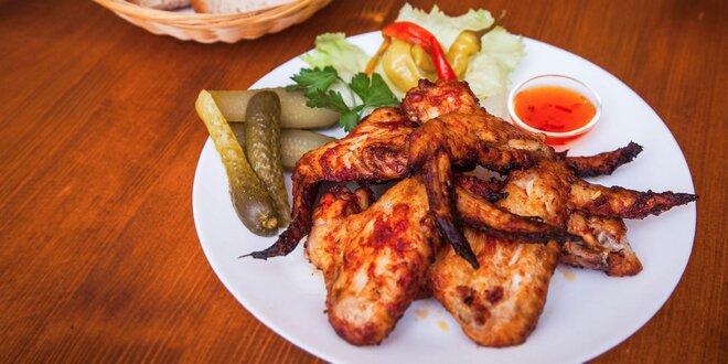 BBQ grilované kuracie krídelká, prsia, rebierka alebo mäsový mix tanier