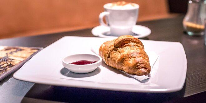 Maslový croissant s džemom a lahodným espressom alebo cappuccinom