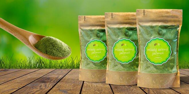 Mladý zelený jačmeň plný vitamínov
