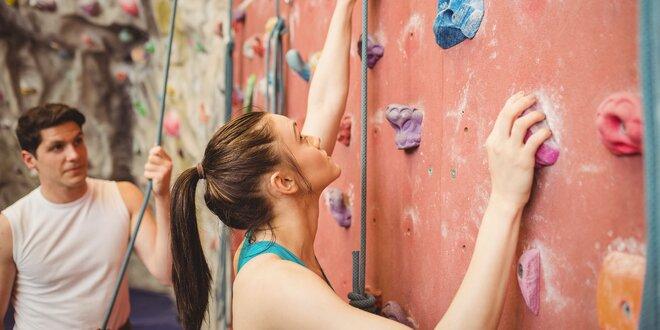 Lezenie alebo zlaňovanie s inštruktorom na lezeckej stene Rozlomity