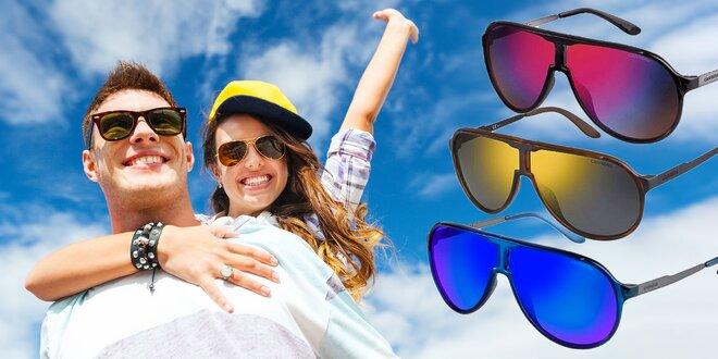 Značkový štýl so slnečnými okuliarmi Carrera