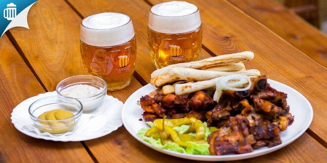 Grilované rebierka a krídielka s prílohami a pivom