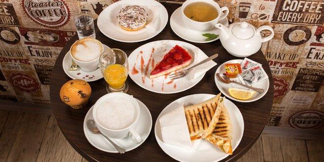 Čerstvé panini, lahodná káva so zákuskom a iné dobroty