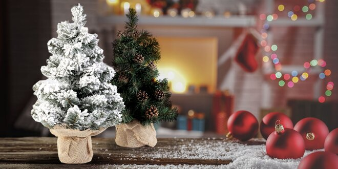 Umelý vianočný stromček so šiškami alebo snehom