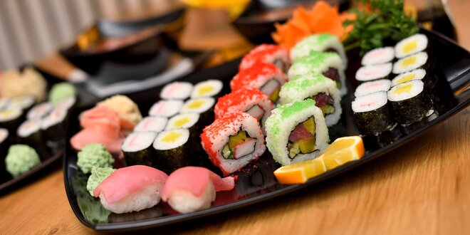 Lahodné sushi sety s ostrokyslou polievkou
