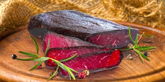 Sušená hovädzia šunka naložená v zmesi korenia