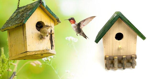 Drevené búdky pre vtáčiky v rôznych farbách