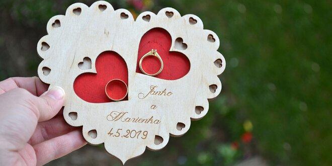 Personalizovaný drevený tanierik na svadobné obrúčky
