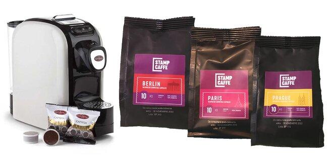 Balíčky kávových kapsúl, šálky i kávovar Universal Cafe