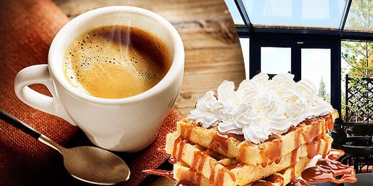 Káva a vafle s čokoládou, sirupom a šľahačkou