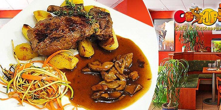 Šťavnatý rib eye steak alebo kurací steak so zemiačkami, omáčkou a vínkom