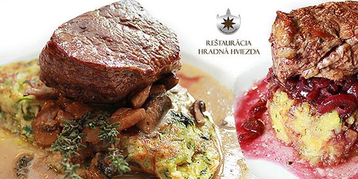 Šťavnatý jelení alebo hovädzí steak s prílohou