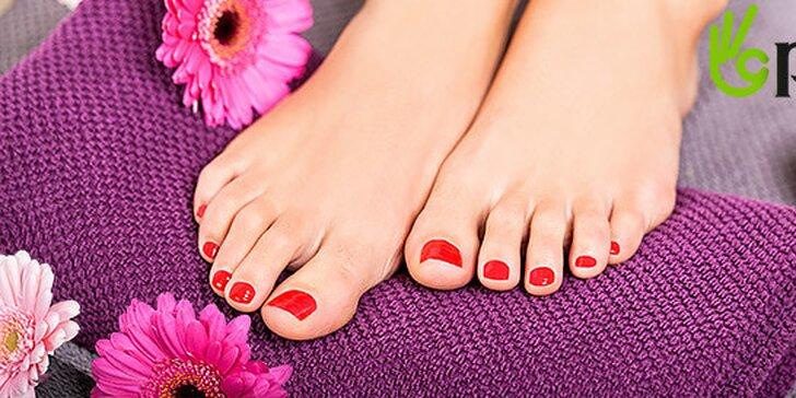Krásne nohy s pedikúrou a obľúbeným BIO pokrytím Dance of colors