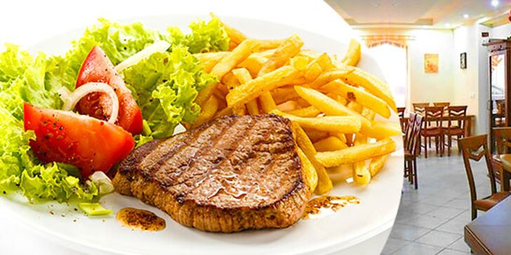 Štavnatý steak s prílohou a oblohou v centre mesta