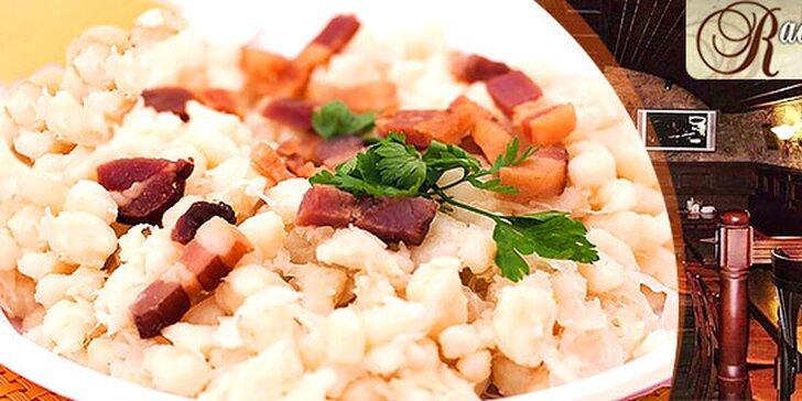 Pravé slovenské bryndzové halušky s opečenou oravskou slaninkou a údeným syrom