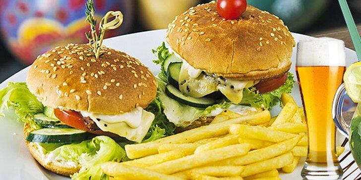 Domáce hamburgery s hranolkami a nápojom