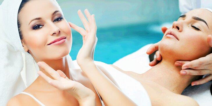 Relaxačná masáž tváre a dekoltu s maskou pre spomalenie starnutia pleti