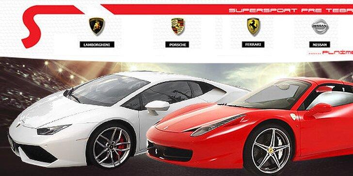 Vzrušujúca rýchla jazda na luxusnom športovom aute