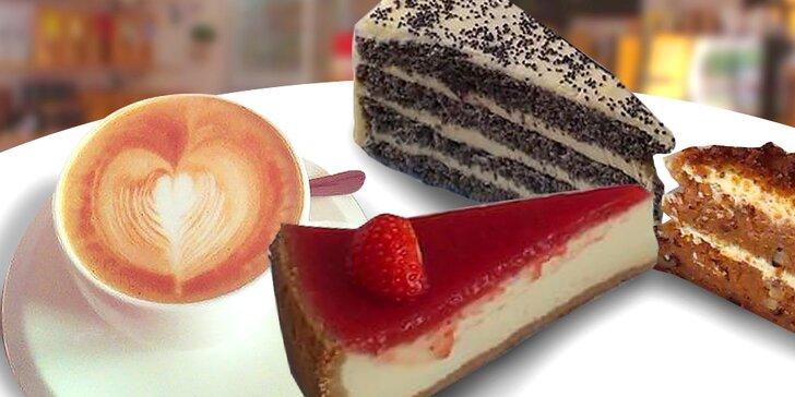 Lahodný koláčik a espresso, cappuccino alebo exkluzívna káva aeropress