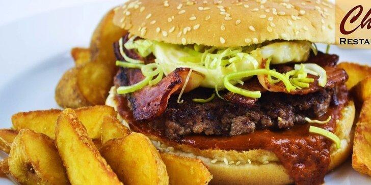Skvelý domáci, bohato obložený hovädzí burger s americkými zemiakmi