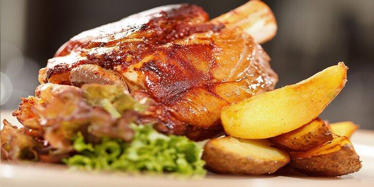 Pečené koleno s oblohou alebo steak Chateubriand s fritovanými zemiakmi