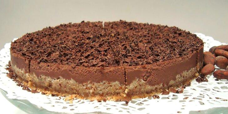 Káva a čokoládový raw koláč