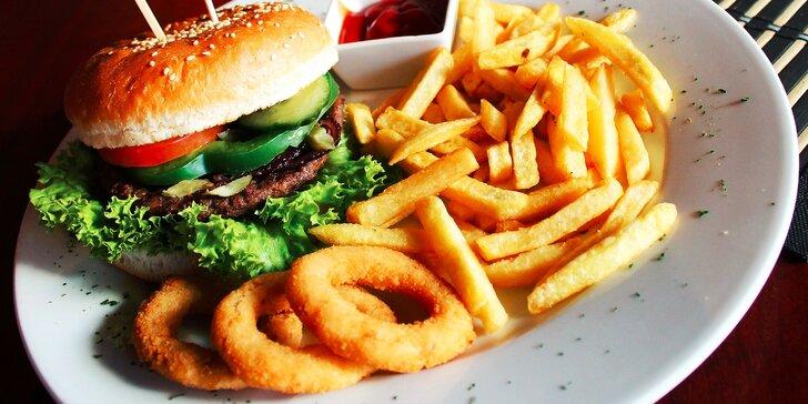 Skvelé hamburgery s hranolčekmi a cibuľovými krúžkami v Starom Meste