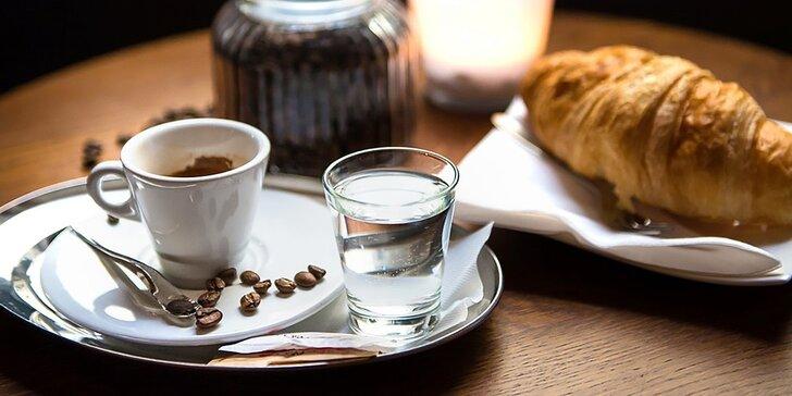 Luxusná exotická káva s croissantom alebo domácou bábovkou