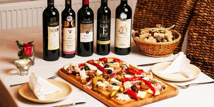 Delikátna mäsovo-syrová misa s fľašou kvalitného vína