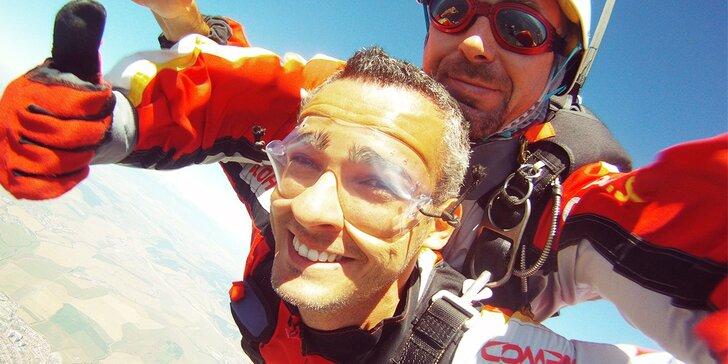 Darujte zábavu na oblohe. Tandemový zoskok z lietadla v Slovenskom raji