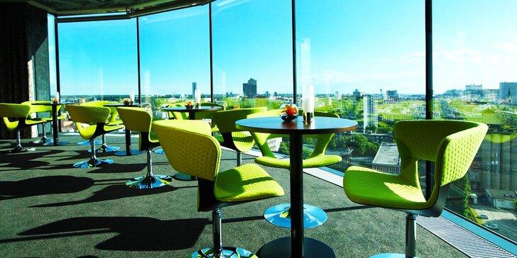 Miešané drinky v Outlook Bar & Lounge s panoramatickým výhľadom na mesto
