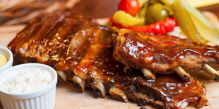 Pochúťka na tanieri: marinované grilované rebierka či koleno s prílohou a chlebom