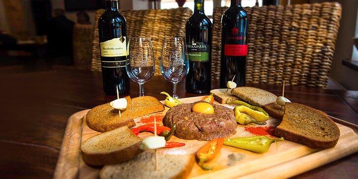 Hovädzí tatarák s fľašou kvalitného vína