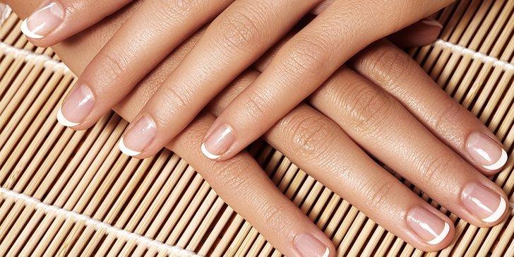 Francúzska manikúra alebo modelácia gélových nechtov na nohách
