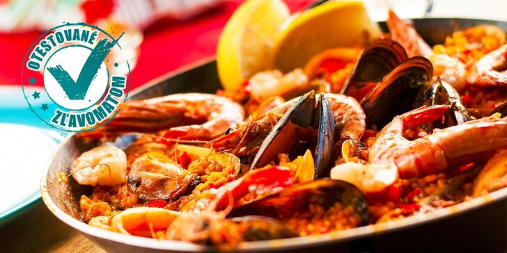 Pravá španielska paella s plodmi mora alebo s kuracím mäsom a zeleninou