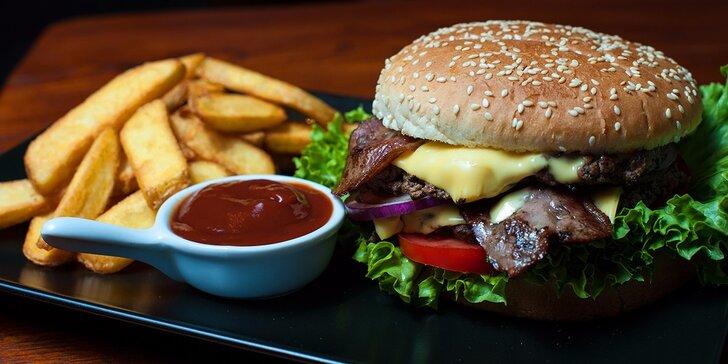 XXL Burger s hranolčekmi a barbecue omáčkou v Staromeštianskej pivotéke, ktorá sa pýši titulom Pivotéka roka 2015!