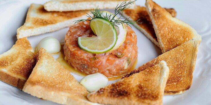 Lososový tatársky biftek aj s hriankami vo Four 4in Cafe Restaurant