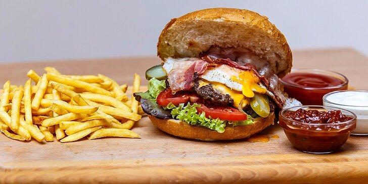 Domáci bravčový či hovädzí burger s hranolčekmi a unikátnym dressingom