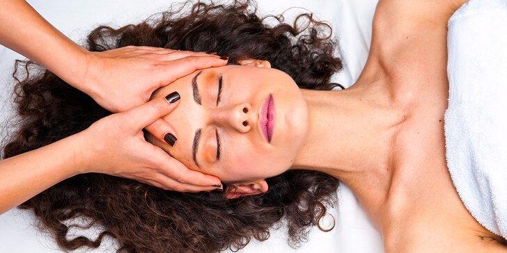 Profesionálne čistenie pleti alebo masáž tváre a očného okolia s gelom s kyselinou hyalurónovou v salóne v centre mesta
