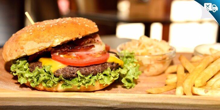 XXL burger v domácej žemli s hranolčekmi EXKLUZÍVNE na Zľavomate! Aj s možnosťou rozvozu!