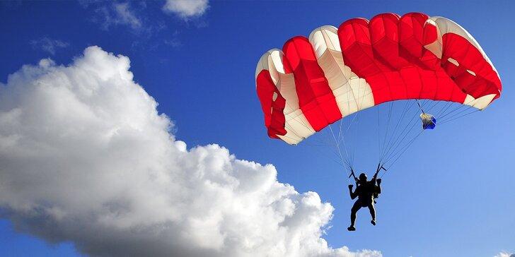 Najkrajší darček! 6 hodín výcviku a sólo zoskok padákom z výšky 1200 metrov