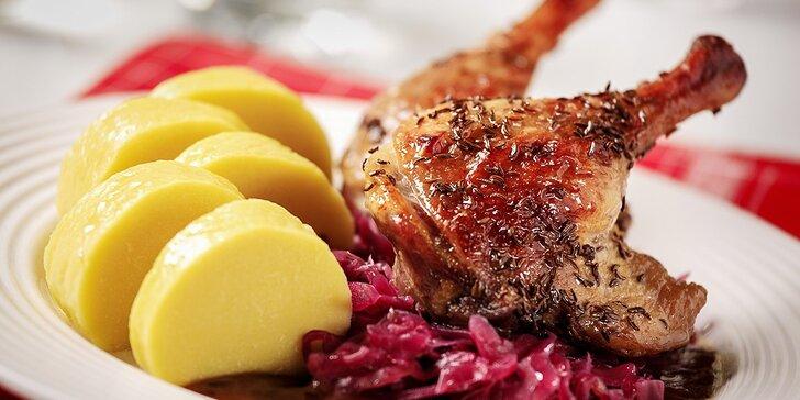 Celá pečená kačka s kapustou, knedľami a lokšami. Hody v reštaurácii Salaš Poláček!