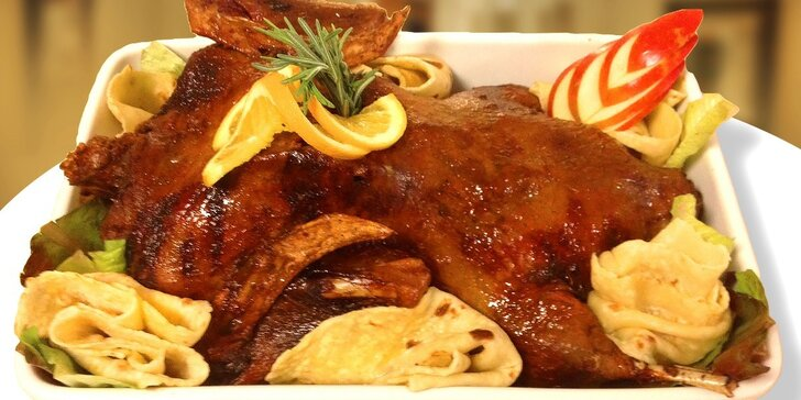 Kačacie prsia na paštrnákovom pyré, s medovou kôrkou i stehno pečené s jablkom aj s červenou kapustou s brusnicami a zemiakovými lokšami