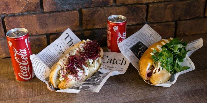 Slaninovo-syrový hotdog alebo hotdog s trhaným bravčovým mäsom s oblohou