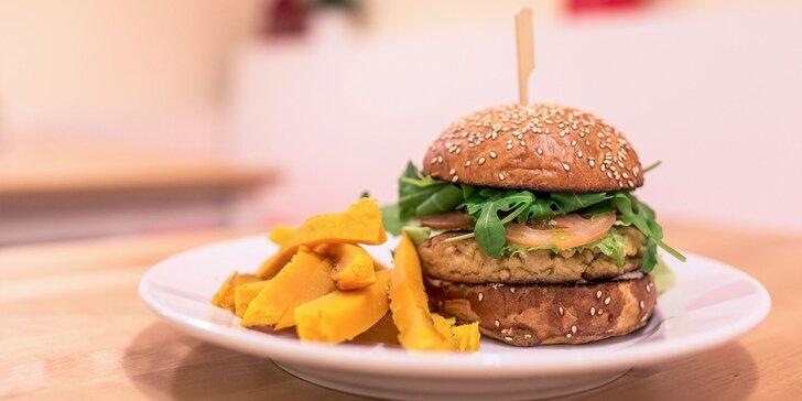 Cícerový burger s tekvicovými hranolčekmi a lahodnou limonádou z domáceho sirupu pre 1 osobu