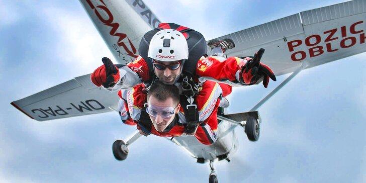 Darujte zábavu na oblohe. Tandemový zoskok z lietadla v Slovenskom raji, foto a video v cene!