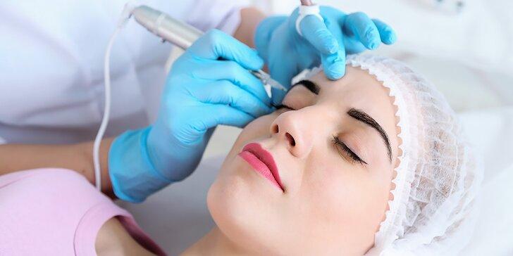 Permanentný make up horných liniek, pier alebo obočia špeciálnou čepieľkovou 3D technikou