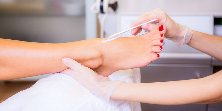 Prístrojové ošetrenie nechtov nôh s masážou chodidiel alebo suchá medicinálna pedikúra pre dámy aj pánov